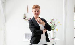 """Agentur-Gründerin Melanie Ganghof verbindet 3 Leidenschaften: Business, Lifestyle & Weddings """"Mein Fokus sind elegante Micro-Weddings mit einem Hauch Glamour und Coolness."""""""